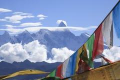 Bandeiras da oração e Namcha Barwa Fotografia de Stock