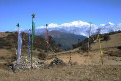 Bandeiras da oração e pedras da oração, India do nordeste Fotografia de Stock