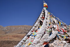 Bandeiras da oração e pedras de Mani Foto de Stock Royalty Free
