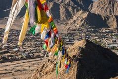 Bandeiras da oração em Leh fotos de stock