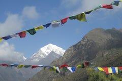 Bandeiras da oração em Nepal que trekking em montanhas de Himalaya Imagem de Stock Royalty Free