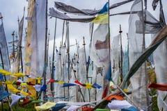 Bandeiras da oração, Longta, cavalo do vento, montanha alta de Butão fotografia de stock