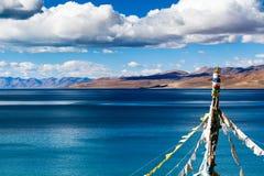 Bandeiras da oração na costa norte do lago de Tangri Yumco Foto de Stock