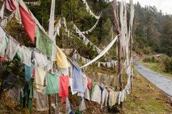 Bandeiras da oração pela estrada Imagem de Stock