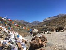 Bandeiras da oração que acenam no vento - montagem Kailash Kora na mola em Tibet em China fotografia de stock