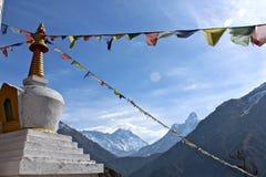 Bandeiras da oração sobre os Himalayas Imagens de Stock Royalty Free