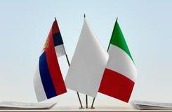 Bandeiras da Sérvia e do Itália imagem de stock
