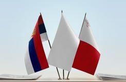 Bandeiras da Sérvia e do Malta imagem de stock
