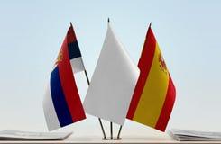 Bandeiras da Sérvia e da Espanha imagem de stock