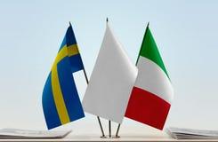 Bandeiras da Suécia e do Itália foto de stock