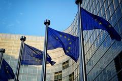 Bandeiras da UE na frente da Comissão Europeia Fotografia de Stock Royalty Free