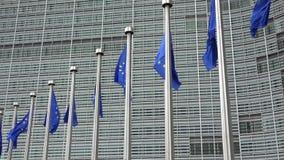 Bandeiras da UE que acenam na frente da Comissão Europeia
