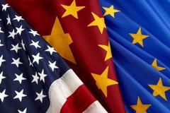 Bandeiras da União Europeia americana, chinesa e Fotografia de Stock