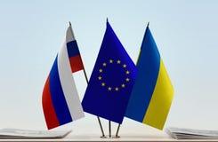 Bandeiras da União Europeia e da Ucrânia de Rússia imagem de stock
