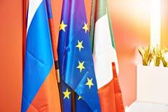 Bandeiras da União Europeia, da Rússia e do Itália fotos de stock