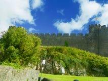 Bandeiras das nuvens e o castelo Foto de Stock Royalty Free
