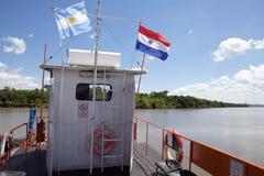 Bandeiras de Argentina e de Paraguai ao longo do Paranà rio imagens de stock royalty free