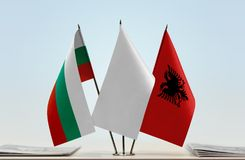 Bandeiras de Bulgária e de Albânia fotografia de stock