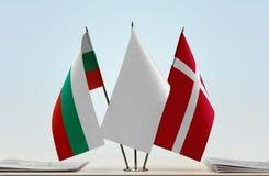 Bandeiras de Bulgária e de Dinamarca fotografia de stock royalty free