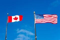 Bandeiras de Canadá e de EUA imagens de stock royalty free