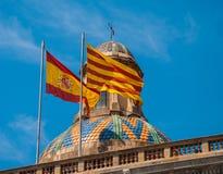 Bandeiras de Catalonia e de Espanha Fotografia de Stock Royalty Free
