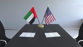 Bandeiras de Emiratos Árabes Unidos e do Estados Unidos e papéis na tabela Negociações e assinatura ilustração do vetor