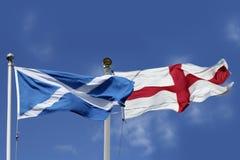 Bandeiras de Escócia e de Inglaterra fotografia de stock royalty free