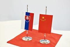 Bandeiras de Eslováquia e de China na tabela fotos de stock