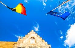Bandeiras de Europa e de Bélgica em Bruges imagens de stock