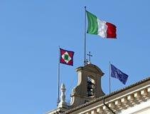 Bandeiras de Itália no monte de Quirinal, onde casas o presidente Imagem de Stock Royalty Free