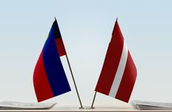 Bandeiras de Liechtenstein e de Letónia foto de stock
