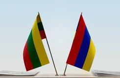Bandeiras de Lituânia e de Armênia foto de stock