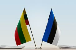 Bandeiras de Lituânia e de Estônia fotos de stock