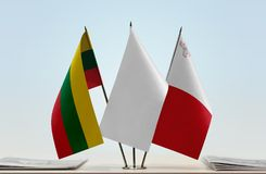 Bandeiras de Lituânia e de Malta fotografia de stock royalty free