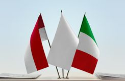 Bandeiras de Mônaco e de Itália fotos de stock royalty free