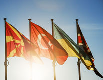Bandeiras de Macedônia, de Turquia, de Ucrânia e de Reino Unido fotografia de stock