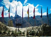 Bandeiras de muitos países no vale da lua - La Paz - Bolívia imagens de stock