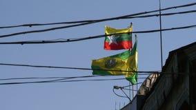 Bandeiras de Myanmar e do banco de Myawaddy que acenam no vento filme