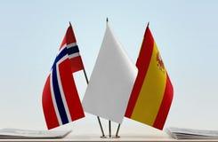 Bandeiras de Noruega e de Espanha fotografia de stock royalty free