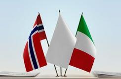 Bandeiras de Noruega e de Itália foto de stock