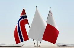Bandeiras de Noruega e de Malta fotos de stock