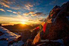 Bandeiras de orações tibetanas nas montanhas com as cores de um w foto de stock