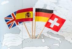 Bandeiras de país no mapa fotos de stock
