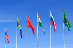 Bandeiras de países de BRICS em um fundo do céu azul fotografia de stock