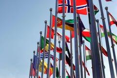 Bandeiras de países diferentes contra o céu azul fotografia de stock royalty free