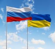 Bandeiras de Rússia e de Ucrânia imagem de stock