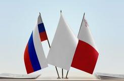 Bandeiras de Rússia e de Malta fotos de stock