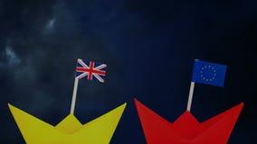 Bandeiras de Reino Unido e de UE nos barcos de papel video estoque