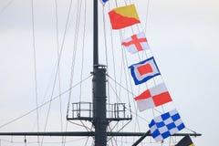 Bandeiras de sinal e mastro do navio fotografia de stock