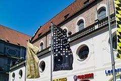 Bandeiras de suspensão verticais na frente da construção Foto de Stock